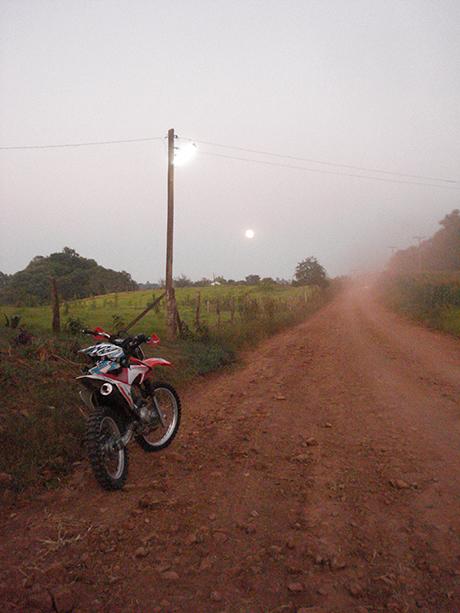 6h da manhãq e sim... aquela bolinha branca no céu é mesmo a Lua.
