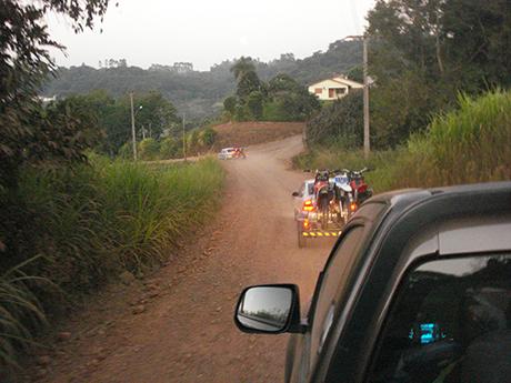 Com uma moto emprestada de um amigo, gasolina na reserva, fiquei empenhando no caminho. Meus parceiros de Tutaloko me resgataram de caminhonete. que começo de manhã!