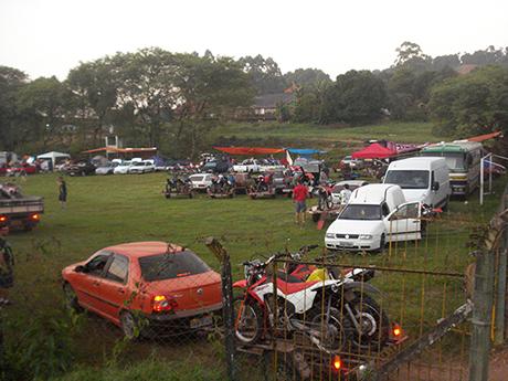 O estacionamento, um campo de futebol.