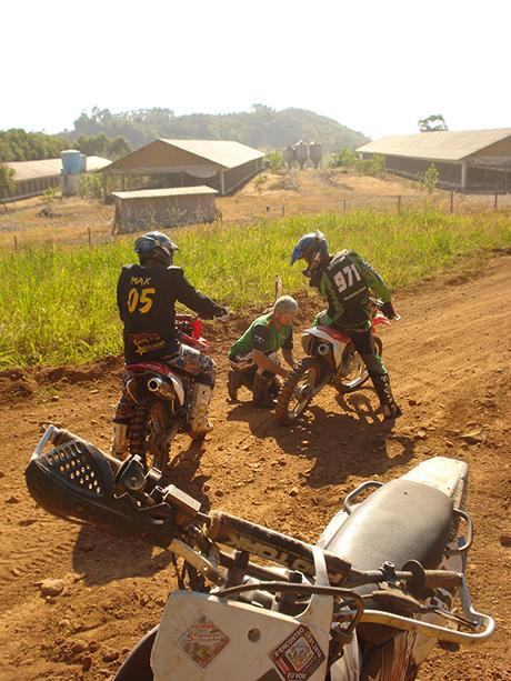 Tutalokos promovendo o resgate de um trilheiro de moto estragada.
