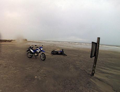 Moto do Vladi no chão (caiu sozinha, o pezinho afundou na areia)