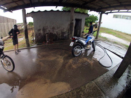 No posto dando na motos